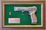 """Панно с пистолетом """"Ярыгин""""в подарочной коробке (25 х 37 см)"""