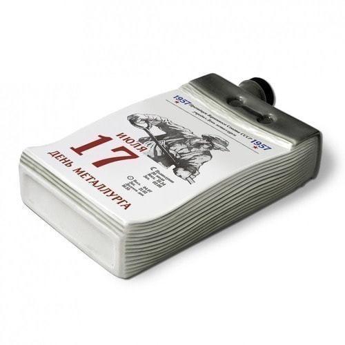 """Подарочный набор с фарфоровым штофом """"Календарь металлурга"""" (фото, вид 1)"""