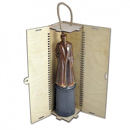 Фарфоровый штоф Ф.Э.Дзержинский в деревянном подарочном футляре (фото, вид 1)