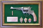 """Панно с пистолетом """"Наган"""" со знаками ФСБ в подарочной коробке"""