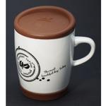 Подарочная керамическая кружка с коричневой крышкой. Кофейные зерна